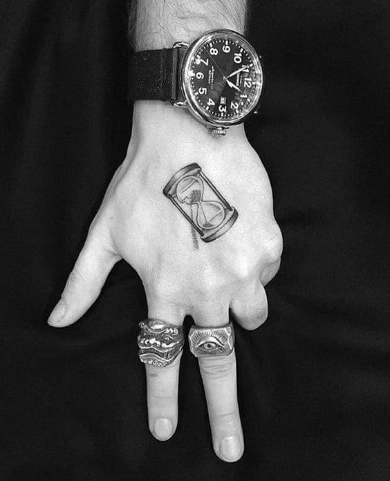 Mẫu tattoo đồng hồ cát mini chất ở bàn tay
