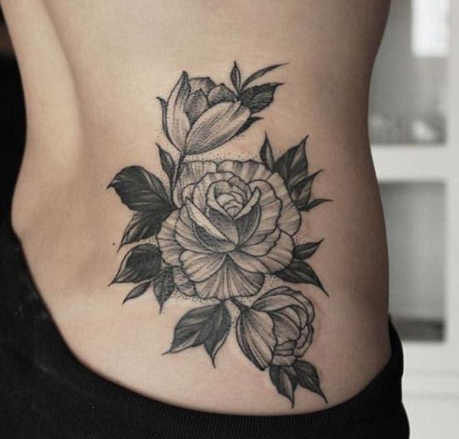 Mẫu tattoo hoa đơn giản và tinh tế ở bên hông cho phái đẹp