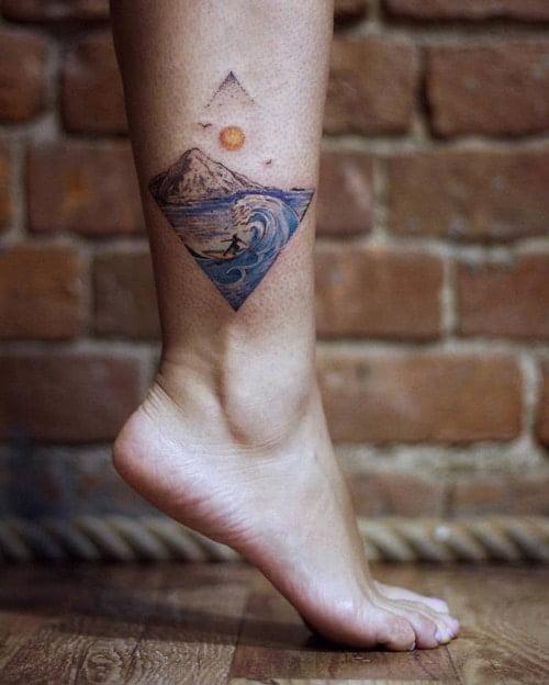 Mẫu tattoo sóng nước nhỏ cực đẹp ở chân