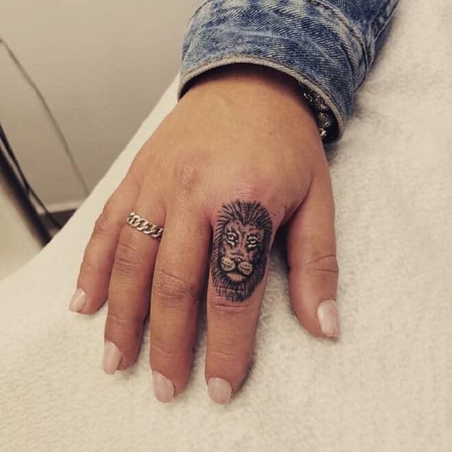 Mẫu xăm cung Sư Tử chất ở ngón tay