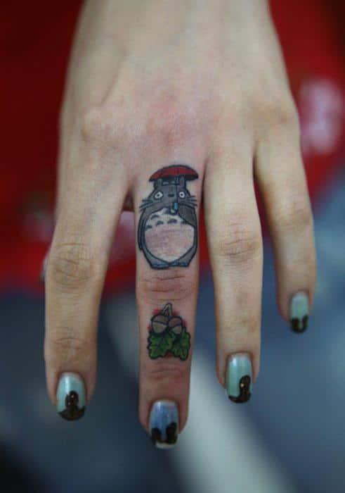 Mẫu xăm totoro ở ngón tay