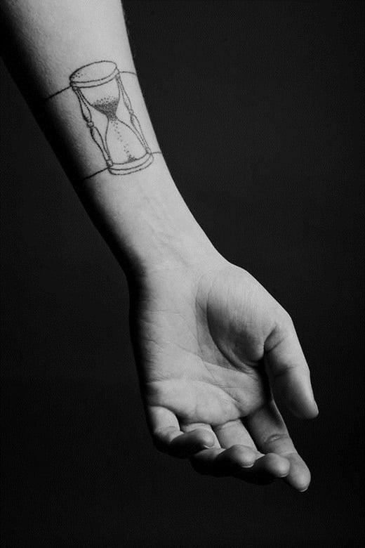 Mời bạn tham khảo kiểu tattoo đồng hồ cát đơn giản