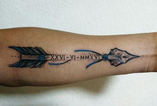 Mũi tên và số la mã kết hợp tạo thành tatoo ý nghĩa