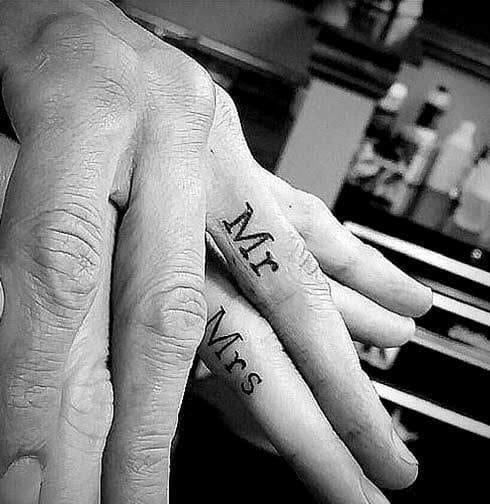 Những hình tattoo mini ở kẽ tay
