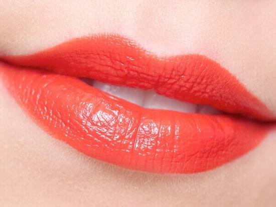 Phun môi màu đỏ cam là một trong số mẫu rất được phái nữ ưa chuộng