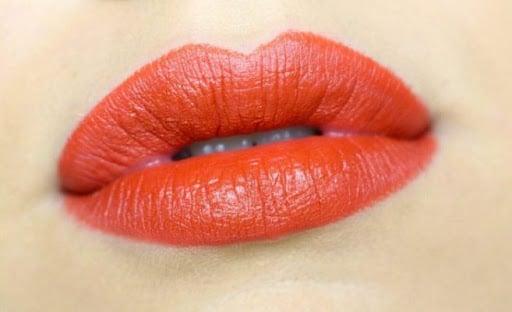 Phun xăm môi màu cam tươi tắn và năng động