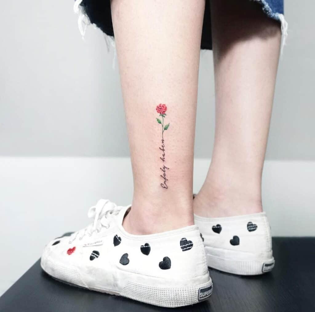 Tattoo chữ kết hợp hoa ở mắt cá chân đang thịnh hành hiện nay