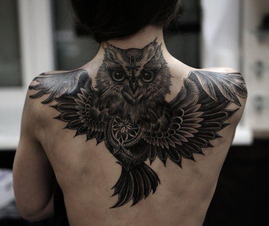 Tattoo cú mèo chất chơi ở lưng nữ
