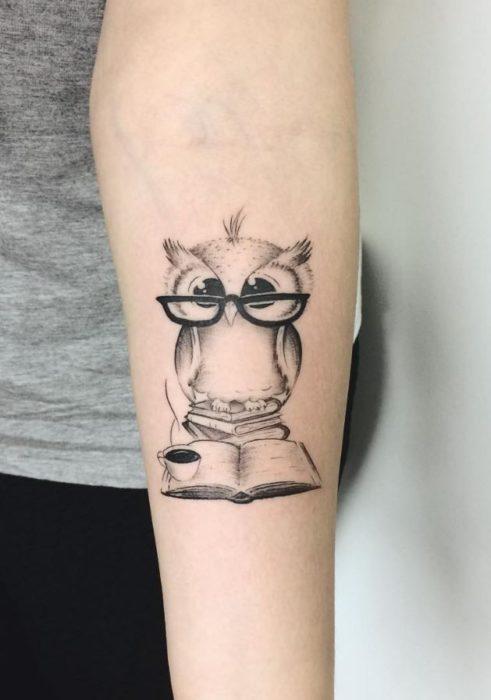 Tattoo cú mèo đọc sách dễ thương
