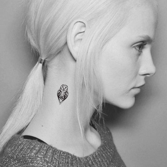 Tattoo cú mèo nhỏ mini ở cổ