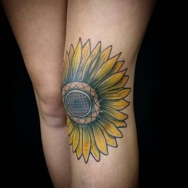 Tattoo hoa mẫu đơn giúp loại bỏ vết sẹo ở đầu gối