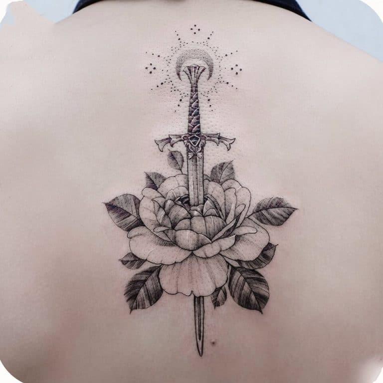Tattoo kiếm và hoa độc đáo ở lưng cho nàng