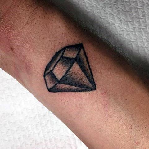 Tattoo kim cương đen trắng ở cổ tay