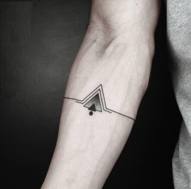 Tattoo kim tự tháp nhỏ mini đẹp ở tay nam