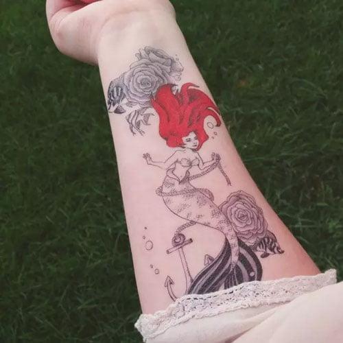 Tattoo nàng tiên cá tóc đỏ ở cánh tay