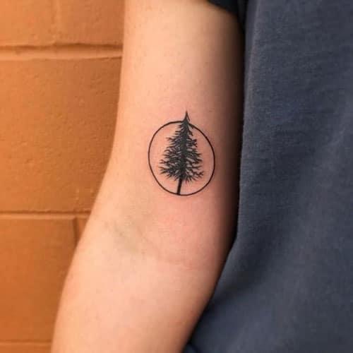 Tattoo vòng tròn và cây may mắn ở tay