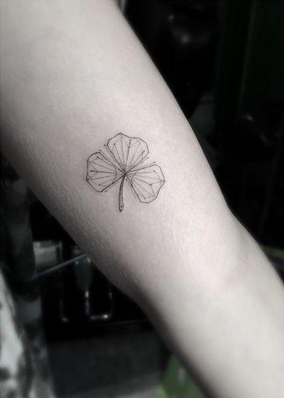 Thêm đẹp và cuốn hút với kiểu tattoo cỏ 3 lá mini
