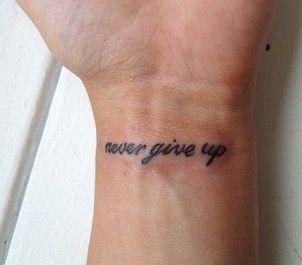 Xăm chữ Never Give Up nhỏ nhắn mini