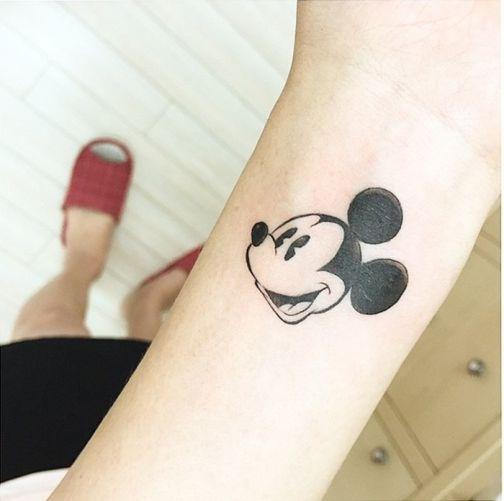 Xăm chuột Mickey dễ thương ở cổ tay