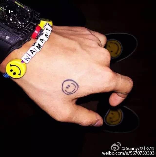 Xăm mặt cười trên tay GD
