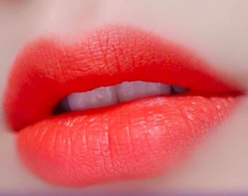 Xăm môi màu đỏ cam quyến rũ