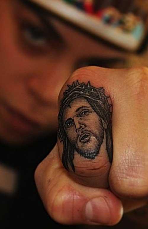 Xăm tattoo chúa giêsu siêu nhỏ ở ngón tay
