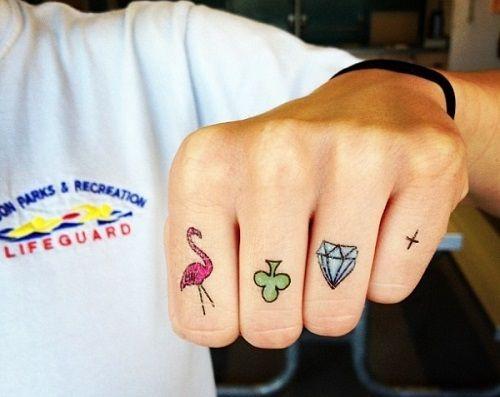 Xăm tattoo dễ thương ở ngón tay
