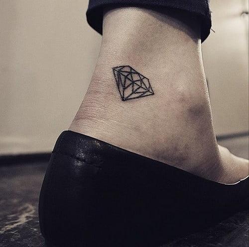 Xăm tattoo kim cương nhẹ nhàng và xinh xắn ở cổ chân