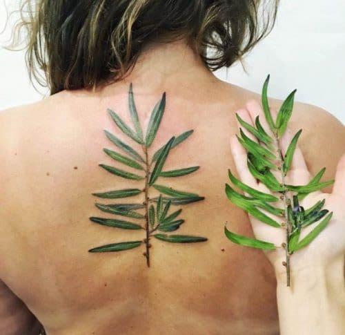 Xăm tattoo lá đơn giản ở lưng cho nữ