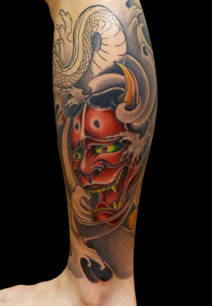 Xăm tattoo mặt quỷ Oni ở chân