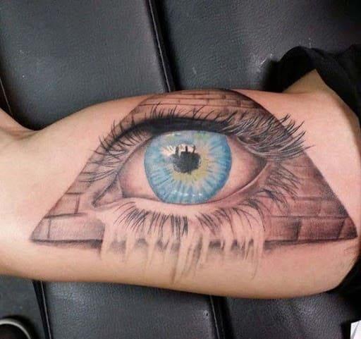 đôi mắt màu xanh tattoo ở bắp tay trong