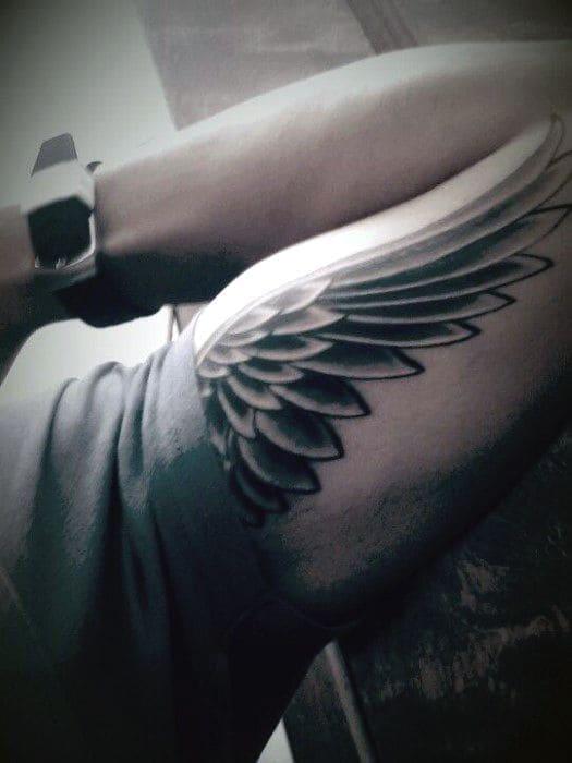 kiểu tattoo đôi cánh trên bắp tay trong của nam