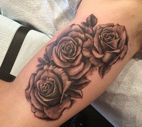 kiểu xăm hình hoa hồng có màu trên bắp tay trong