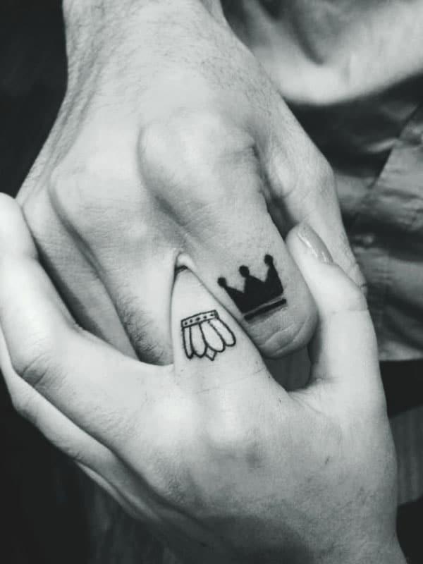 mẫu hình tattoo mini vương miện ở ngón tay