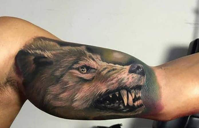 mẫu tattoo hình chó sói ở bắp tay trong ngầu cho nam