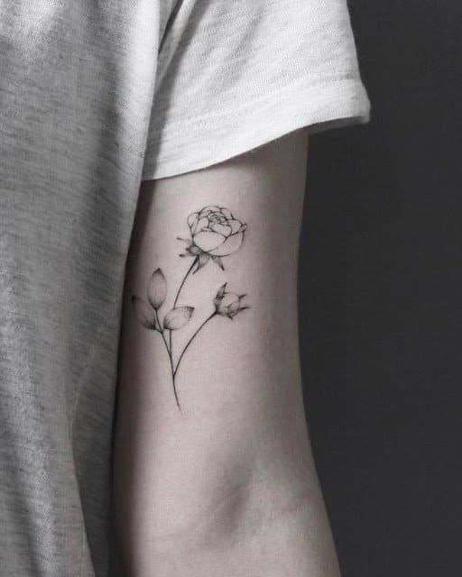 mẫu xăm hình hoa cho nữ ở bắp tay trong
