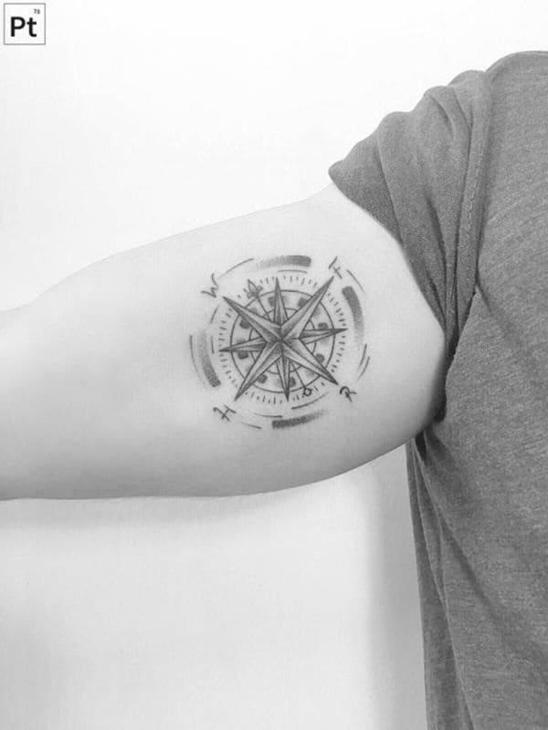 tattoo la bàn ở bắp tay trong của nam giới