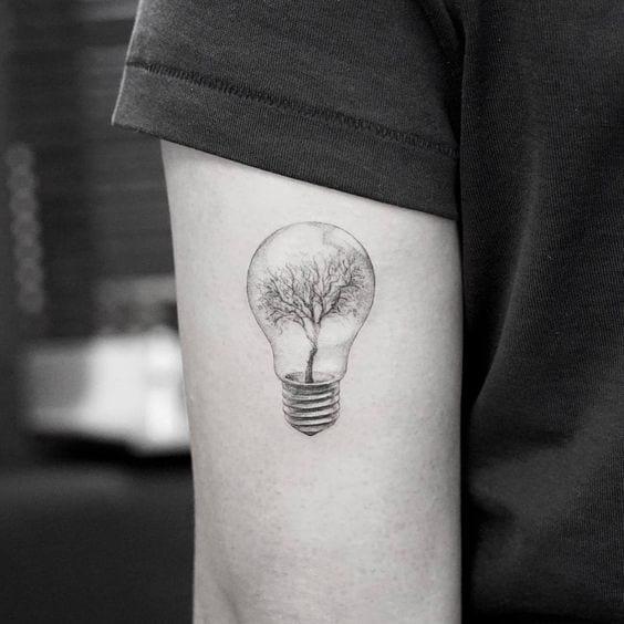 xăm hình bóng đèn mini trên bắp tay con trai