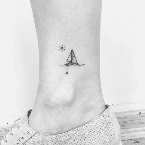 xăm hình chiếc thuyền mini ở cổ chân nam