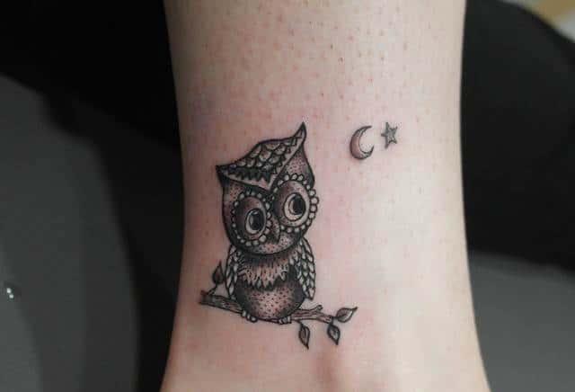 Xăm hình cú mèo với ngôi sao ở cổ chân đẹp