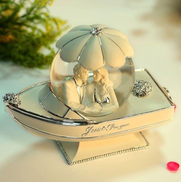 quà hình cô dâu chú rễ đẹp để tặng dịp valentine