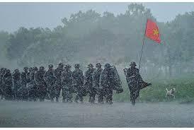 Hình Ảnh Chú Bộ Đội Hành Quân Trong Mưa